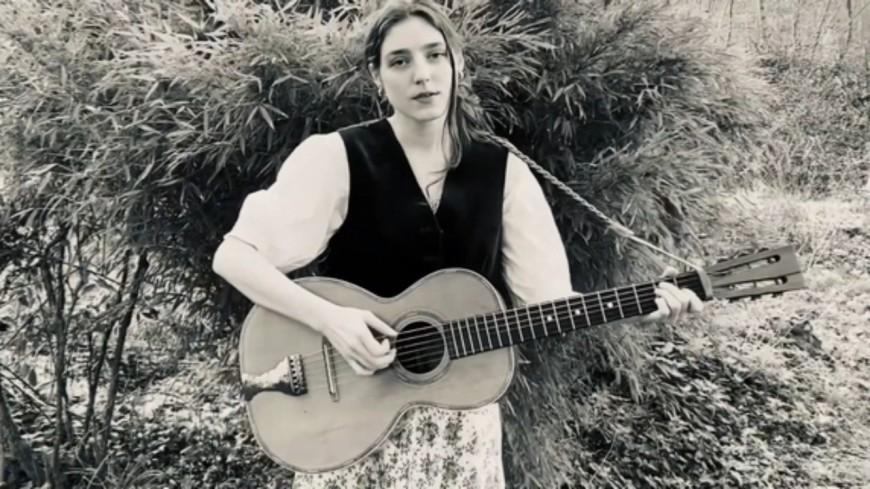 """La chanteuse britannique Birdy reprend """"Les mots bleus"""" de Christophe (vidéo)"""