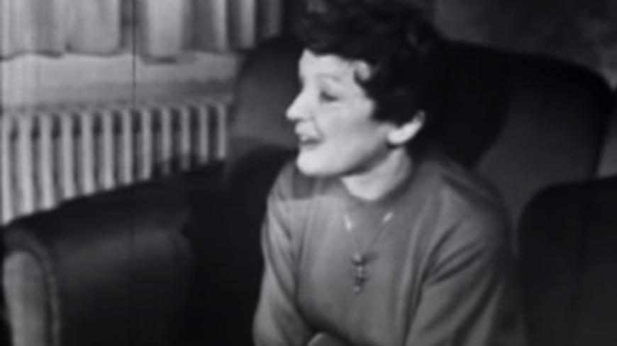 Édith Piaf - La chanteuse se confie depuis son canapé dans une interview en 1958 (vidéo)