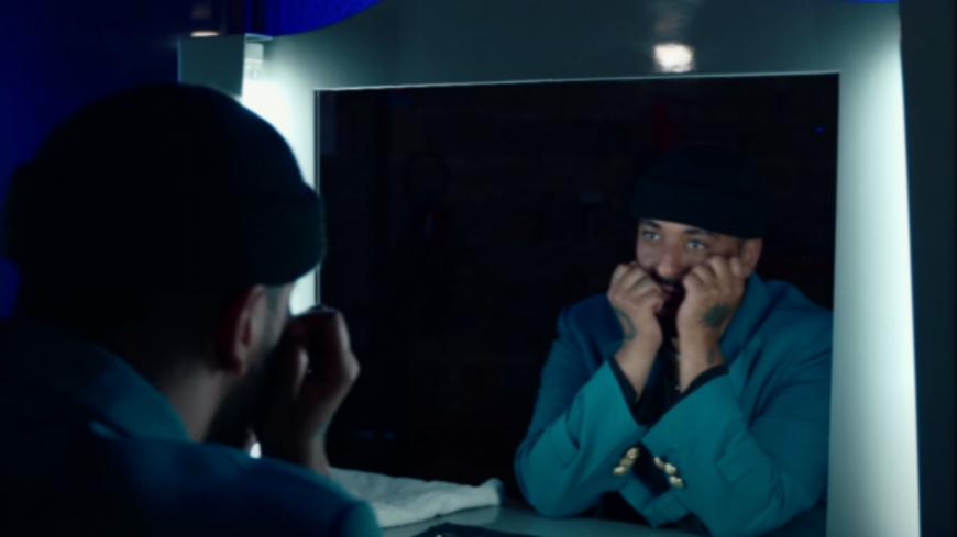 """Le chanteur Slimane revisite le romantique """"Je te promets"""" de Johnny Hallyday (vidéo)"""